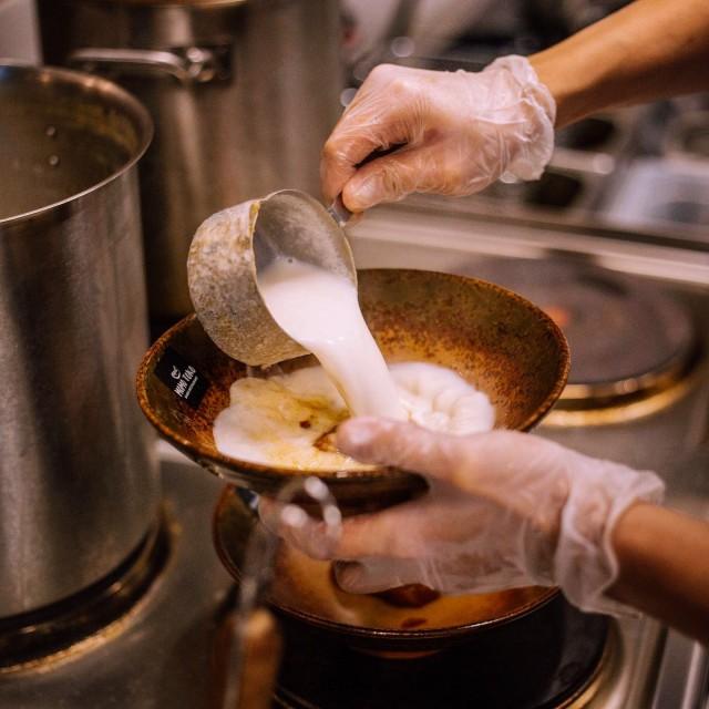 Tärkein osa liemen keittämisessä on porsaan luut. Liemen keittäminen kestää 10 tuntia ja lopputuloksena on herkullinen kermainen liemi.