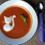 Päivän keittona tarjoiltiin hurmaavaa tomaatti-vuohenjuustokeittoa, joka koristeltiin suloisella maitovaahtokissalla