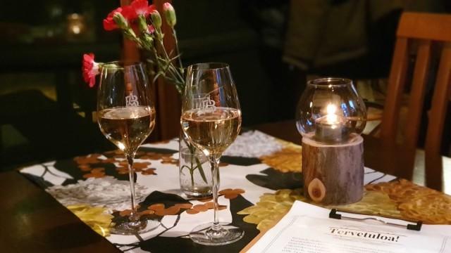 Alkumaljoina nautimme perhetila A Bergèren erinomaista samppanjaa.