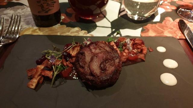 Peurarillette on paistettu hanhenrasvassa, ja sen kanssa tarjoiltiin friteerattua palsternakkaa, karviaischutneya sekä hillottuja karpaloita.