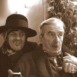 Taitelijaelämää. Rokkitähti Andy McCoy ja kuvanveistäjä Kimmo Kaivanto nautiskelemassa ravintola Sea Horsessa. Kuva: Lamppu Laamasen valokuva-arkisto.