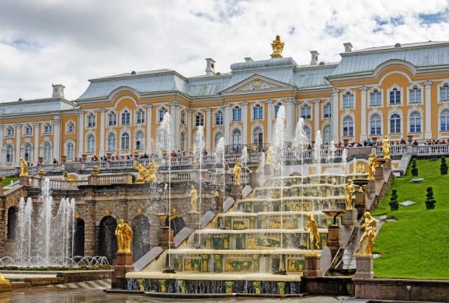 Tsaari Pietari Suuren rakennuttama Pietarhovin palatsi vetää vertoja oman aikakautensa eurooppalaisille palatseille.