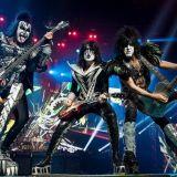 KISS soittamassa vuonna 2013 Monster World Tourilla. KISS-yhtyeen kasvomaalaukset ovat osa populaarikulttuuria.