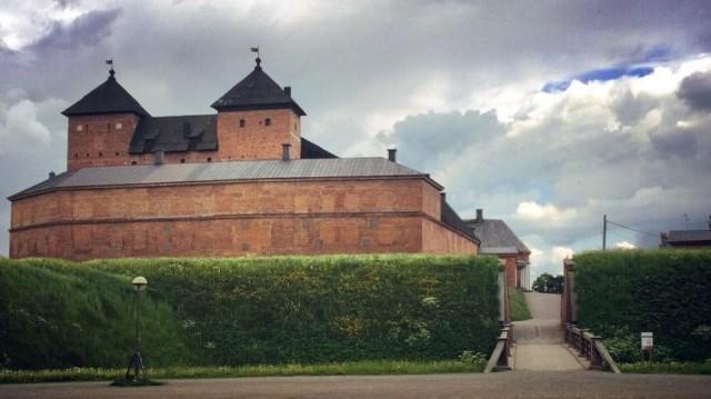 Hämeen linna on yksi Suomen suurimmista linnoista. Keskiaikaisen kivilinnan alueet ovat säilyneet yhtenäisinä.