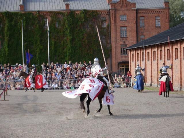 Hämeenlinnan keskiaikamarkkinat ovat Suomen suurimmat ja keräävät vierailjoita Suomesta ja ulkomailta. Pitäisi enemminkin puhua keskiaikaisesta maailmasta, koska linna, kentät ja puistot ovat kokonaisuudessaan markkinoiden käytössä monen päivän ajan.