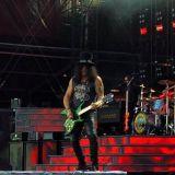 Guns N' Rosesin kitaristi ja supertähti Slash soittamassa Kantolan konserttialueella Hämeenlinnassa vuonna 2017.