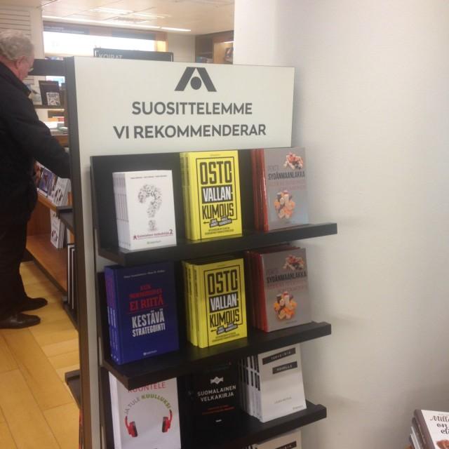 Helsingin Akateeminen Kirjakauppa suositteli Ostovallankumous-kirjaa ykköskirjana.
