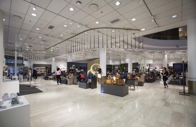 Pohjoisesplanadin sisäänkäynnistä asiakkaat pääsevät nauttimaan luksuskäsilaukuista.