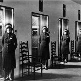Hissitytöt palvelivat asiakkaita Stockmannilla vuonna 1930.