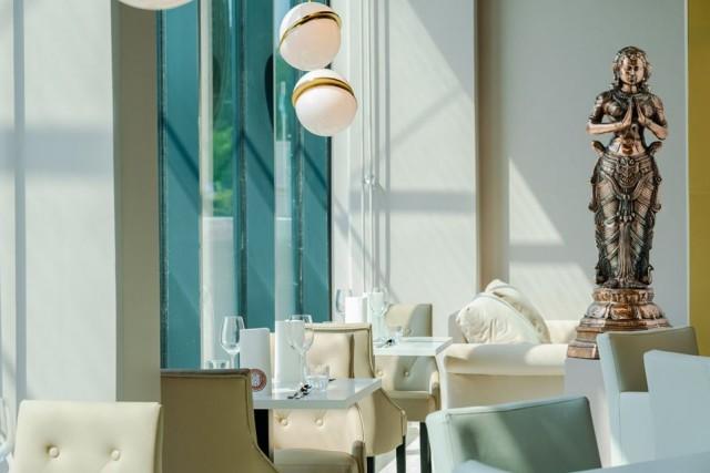 Raikas, valoisa, nykyaikainen ja ylellinen. Kauniaisten Deli Rasoi -ravintolassa voi nauttia lounasta kuin illallista.