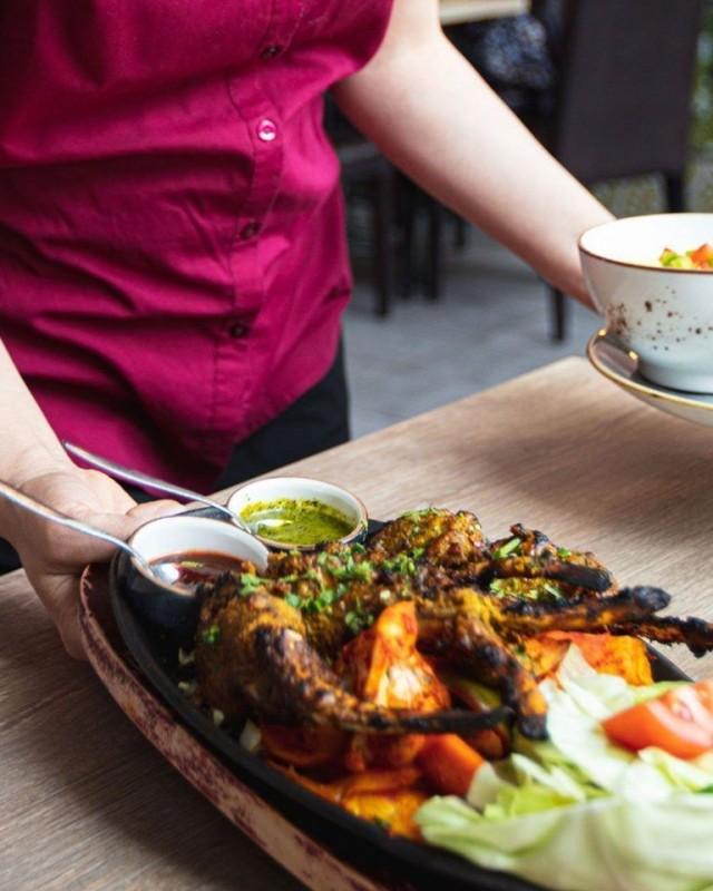 Kuuman grillin, voimakkaiden mausteiden ja tuoreiden yrttien maun maistaa ruoassa.