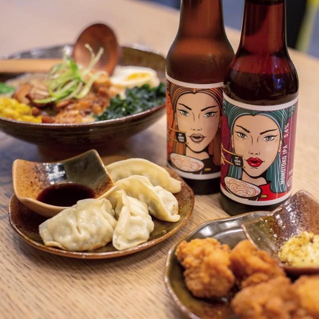 Japanilaistyyliset gyozat ja Chicken Karaage -uppopaistetut kanapalat. Momotokolla on myös oma bisse, josta löytyy sekä lager että IPA.