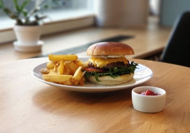 Vuorikadulla sijaitsevan ravintola Arthurin SYÖ!-tarjouksiin kuuluu mehevän burgerin lisäksi lohikeitto.