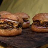 Hampurilaisfanit ylistävät nyt smash burgereita – burgeriguru paljastaa, mistä ilmiössä on kyse
