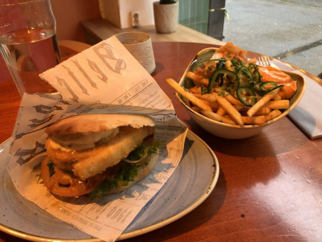 Bake & Shark -burgeri ja kuorrutetut ranskalaiset Korean Style