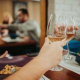 """Kaivopihan uutuus on enemmän kuin pelkkä kahvila - The Grind Coffee & Winessa viihdytään pitkään: """"Pyrimme ylläpitämään hauskaa ja rentoa meininkiä"""""""