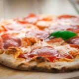 """Gourmet-pizzaa mukaan 24/7 - Suomen ensimmäinen pizza-automaatti pystytettiin Kauniaisiin: """"Olipa tämä mahtava keksintö"""""""