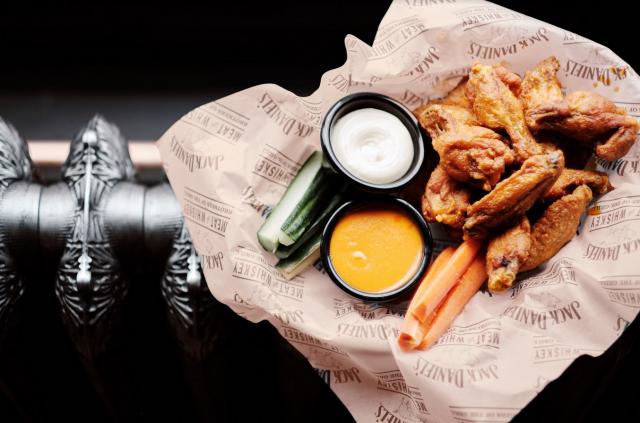 Olkku Bar & Grillissä pääsee herkuttelemaan muun muassa wingseillä.