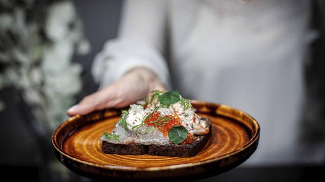 Alkuruoista löytyy mm. Göran Åken leipä, jossa on graavattua siikaa ja lohenmätiä.