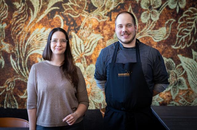 Frejan ravintolapäällikkö Maria Brummer ja keittiöpäällikkö Perttu Laitila kuvaavat Matinkylään Hotel Mattsin katutasoon avautuvaa uutta ravintolaa helposti lähestyttäväksi ja tyylikkään rennoksi.