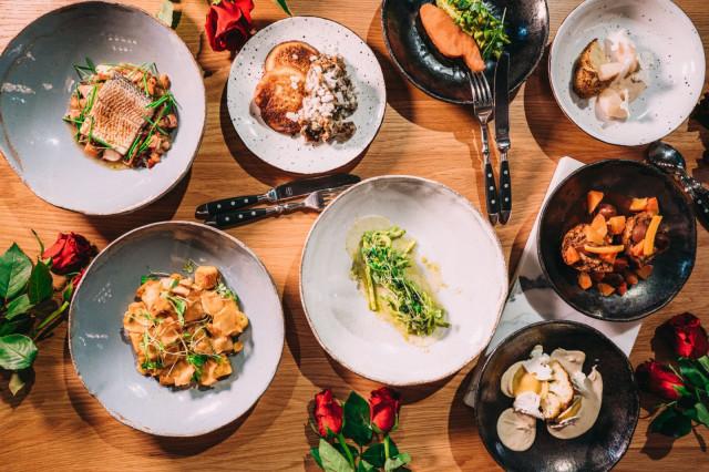 Story tuo ystävänpäiväksi pöytään viiden ruokalajin menun.