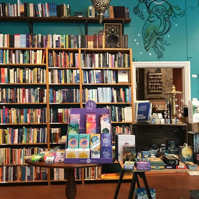 Ystävällisessä ja vieraanvaraisessa Era Nova -kirjakaupassa voi rentoutua, istahtaa nojatuolille, nauttia kuumaa teetä ja rupatella mukavia henkilökunnan kanssa.
