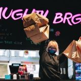 Laadukas hampurilainen on koronasulun hittituote! Naughty BRGR rikkoi myyntiennätyksensä: