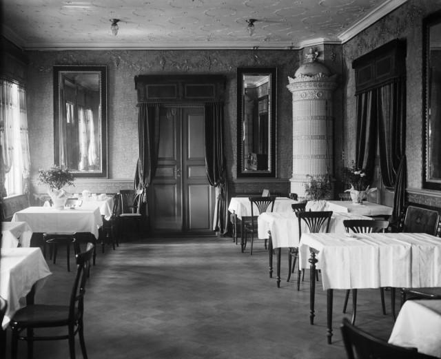 Ravintola Kaisaniemen sisustusta 1900-luvun taitteessa.