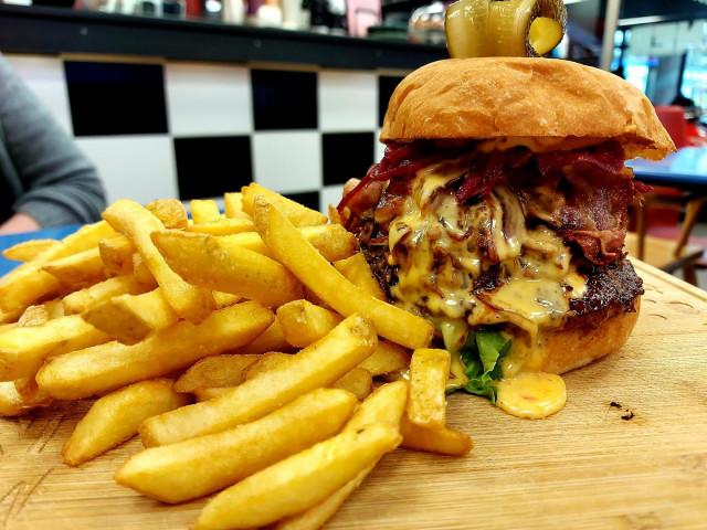 Mike's Dinerin Fat Boy -burgeri on tuhtia tavaraa.