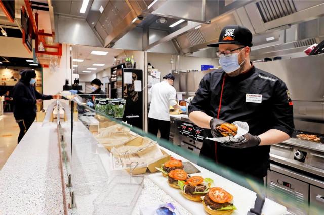 Jumbon Food Courtista saa myös meheviä burgereita.