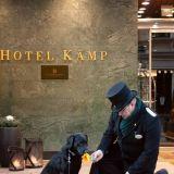 Hotel Kämp tunnetaan ystävällisestä ja vieraanvaraisesta palvelusta. Kämpin portieeri huolehtimassa söpöstä koirasta. Valokuva: Hotel Kämp (Facebook)