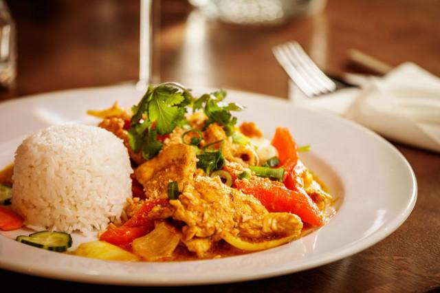 Maku-ravintolan kanaa ja sitruunaruohoa.