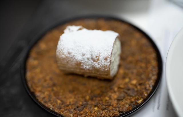Ricotalla täytetty keksi, Cannolo, on yksi sisilialaisista erikoisuuksista.