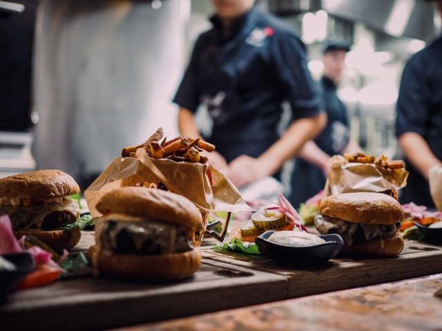 Burger Lovers -terassilla on tarjolla burgeri poikineen.