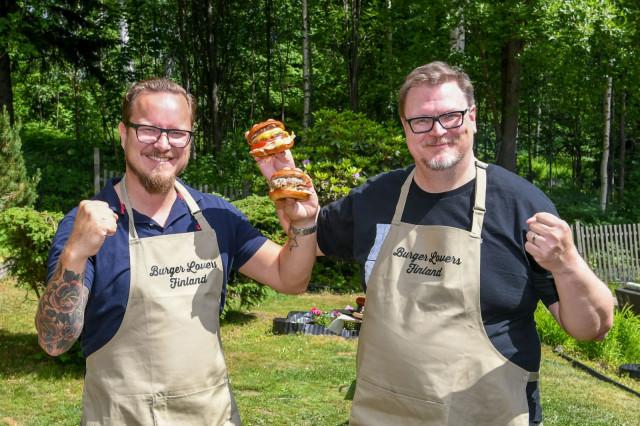 Burger Lovers Finland -yhteisön aktiivit Mikko Väisänen ja Antti Suikkari ovat järjestämässä Suomen suurinta burgeriterassia Helsingin Rautatientorille 11.-21.6.2021.