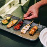 Helsinkiin aukesi japanilainen ravintolakokonaisuus - sushigurun uusi paikka lupaa nostalgista meininkiä: