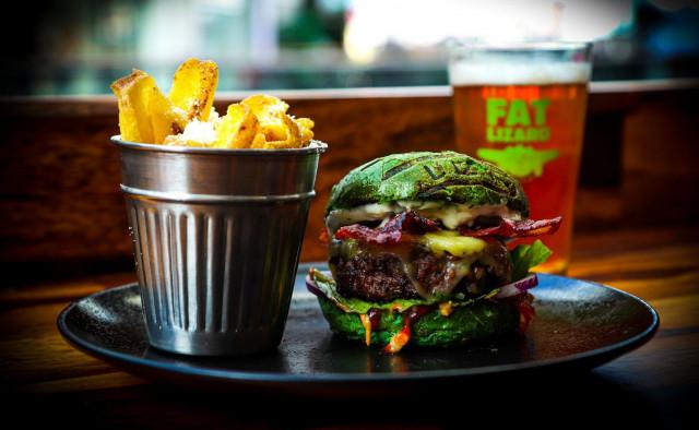 Deluxe Burger & Pizzan terassilla on laaja Fat Lizard -valikoima.