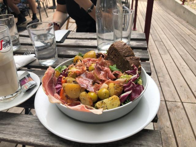 Campera salaatti pitää sisällään muun muassa Serrano-kinkkua ja marinoituja perunoita.