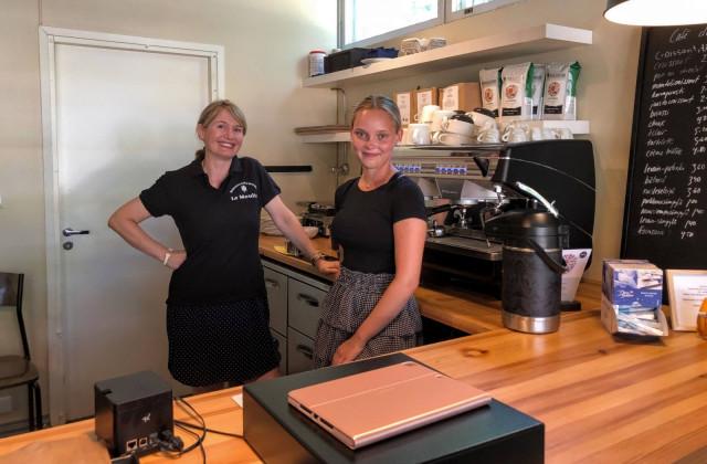 Yrittäjä Minna Pesu ja kahvilatyöntekijä Aava Welling valmiina palvelemaan asiakkaita.
