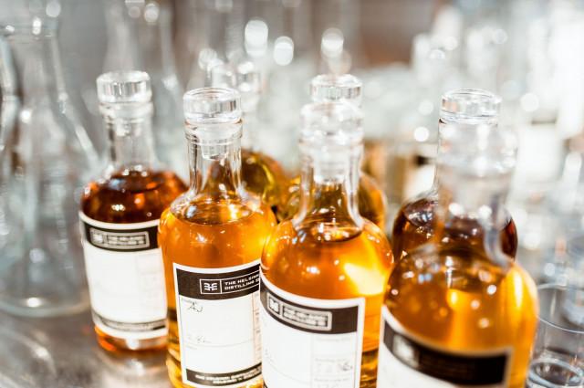 The Helsinki Distilling Company valmistaa Teurastamon tiloissa giniä, viskiä, likööreitä ja pontikkaa.