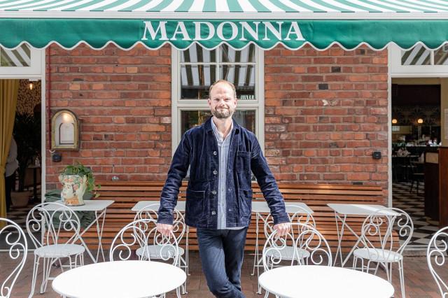 Muun muassa Madonna-ravintolasta tunnettu Ville Relander on Hakaniemen kauppahallin uusi ravintoloitsija.