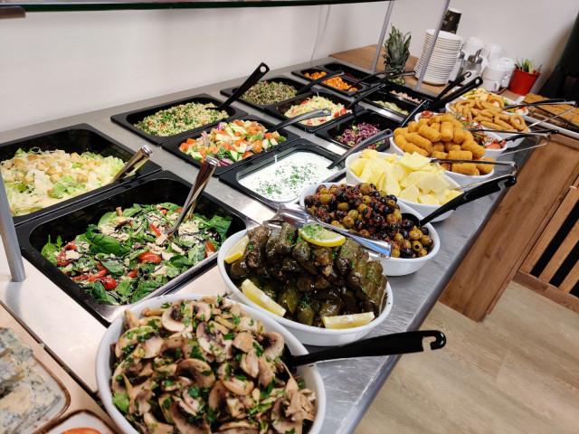 Runsas salaattipöytä on tarjolla sekä lounaalla että illallisella.