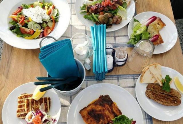 Souvlakista löytyy lihavartaiden lisäksi paljon muita kreikkalaisherkkuja.