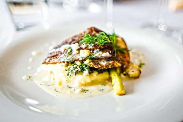 Henriksiin voit lähteä nauttimaan niin lounasta kuin illallista.