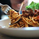 Mikä saa ihmiset jonottamaan opiskelijaravintolaan keskiviikkoisin? Teekkarikylän pastapäivä on niin suosittu, että se tunnetaan ympäri Suomen