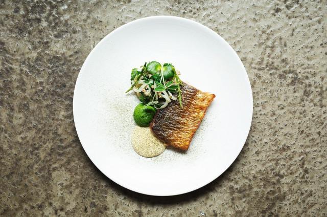 Young Hearts tarjoilee modernia bistroruokaa ja natu-viinejä rennossa ympäristössä.