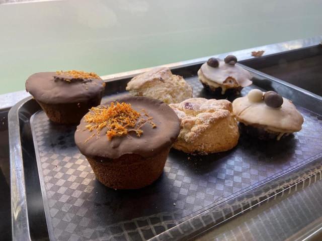 Lloyd's Cafe and Bakeryn leivonnaiset ovat itse tehtyjä ja tuoreita.