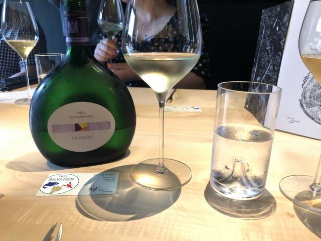 """Ennen Frankenin alueen parhaat Silvaner-viinit pullotettiin litteisiin Bocksbeutel-pulloihin.  """"Pukinkukkaro"""" on suojattu ja sitä saa käyttää ainoastaan kyseisen alueen viineihin."""