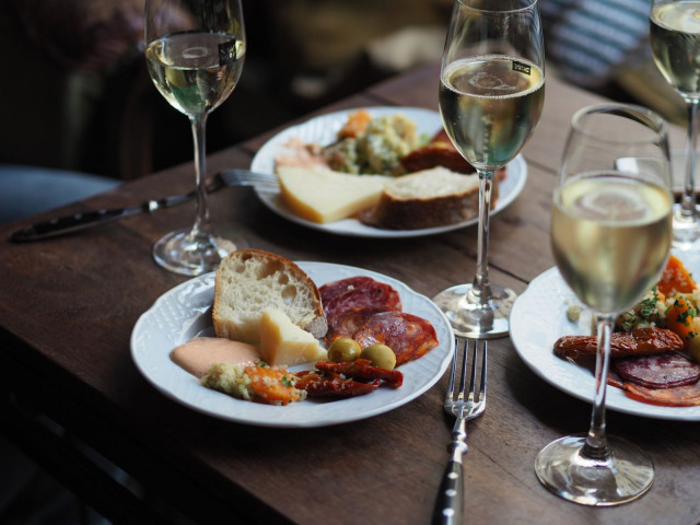 Viinibaarin asiantuntevien sommelierien suosituksiin kannattaa luottaa.