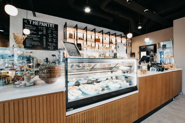 The Pantry Coffee & Wine tarjoaa niin vitriinituotteita, salaattiaterioita kuin kuumia ja kylmiä juomia.